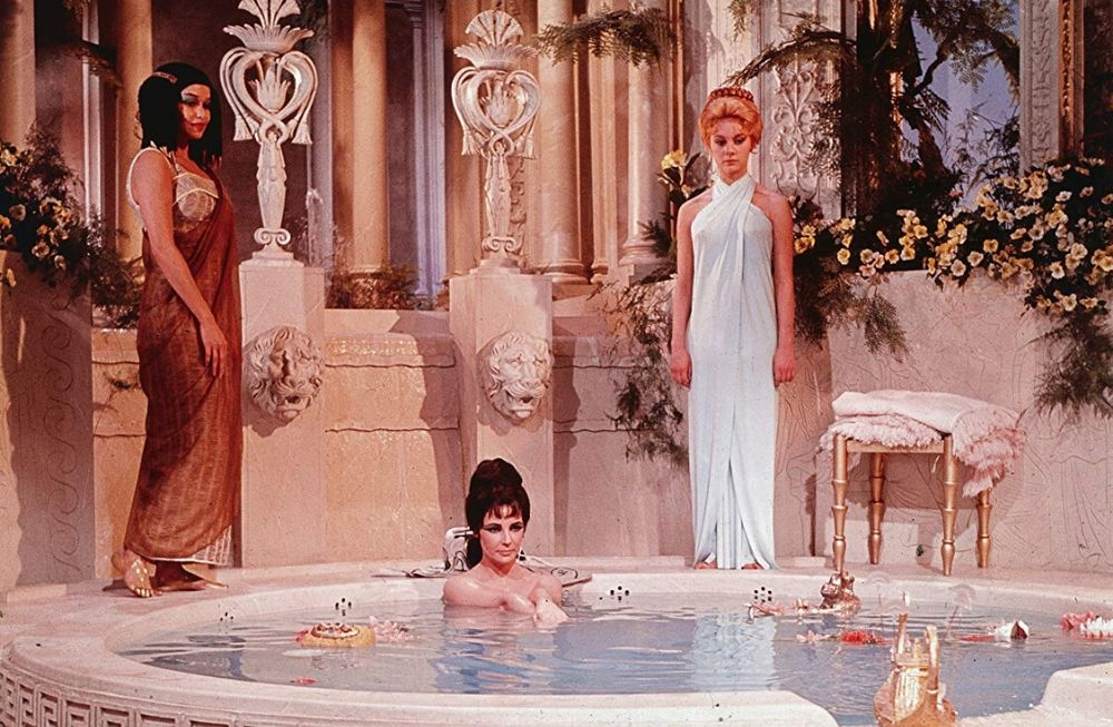 Elizabeth Taylor in una scena di Cleopatra