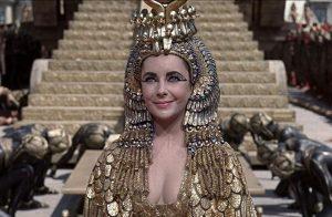 Elizabeth Taylor interpreta Cleopatra
