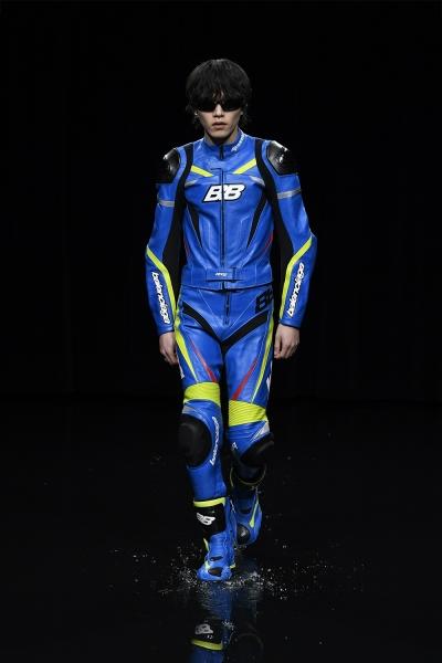 L'attore Taro Imai indossa una tuta da biker in pelle, occhiali Screen tutto Balenciaga.